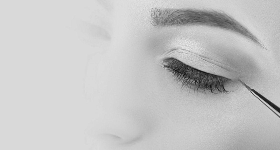 Frau bei der Anwendung am Auge